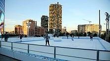 In piazza Gae Aulenti  si pattina sul ghiaccio