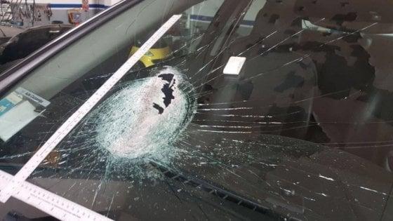 Ancora sassi contro il parabrezza di un' auto |  donna sotto shock a Lecco