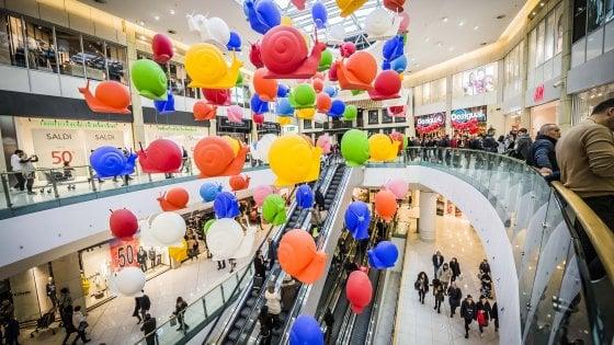 """Bergamo, mille lavoratori contro il centro commerciale aperto a Natale: """"E' festa anche per noi"""""""