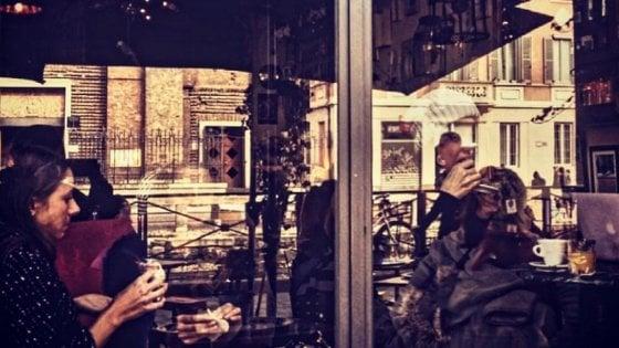 I bar di Milano, fabbriche di storie o rifugi di eremiti in cerca di compagnia: un fotoprogetto li racconta