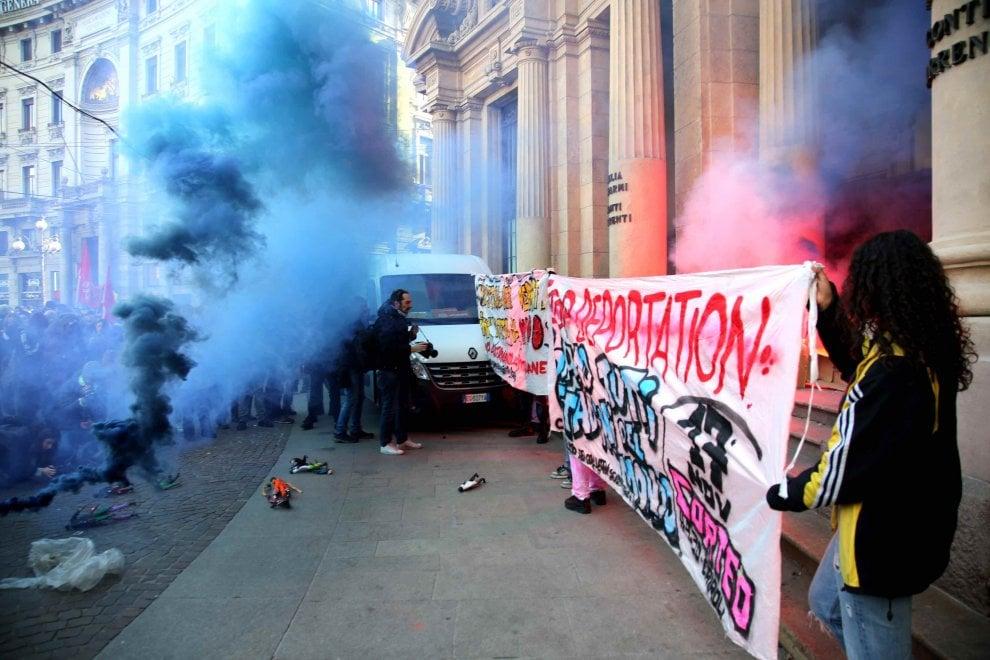 Milano, giornata internazionale dello studente: fuoco ai documenti e carta igienica contro legge Minniti