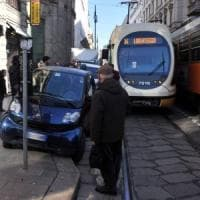 Milano, bus e tram bloccati dalla sosta selvaggia: danni per 750mila euro