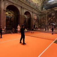 Milano, giocare a tennis tra gli affreschi della chiesa: l'installazione d'arte è aperta a tutti