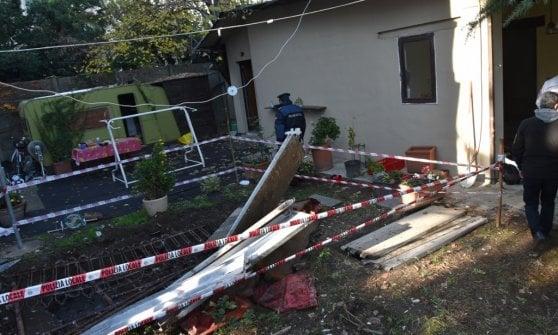 Milano, villa abusiva sul Naviglio: la ruspa dei vigili l'abbatte