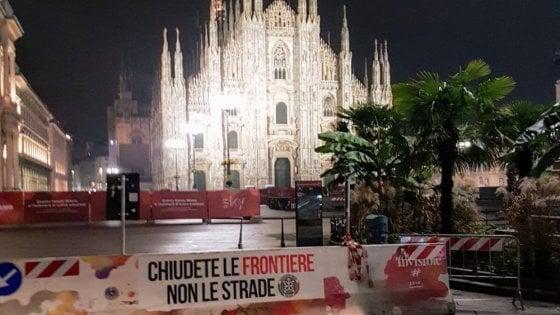 """Blitz di Casa Pound nel centro di Milano, striscioni razzisti sulle barriere antiterrorismo: """"Chiudiamo le frontiere"""""""