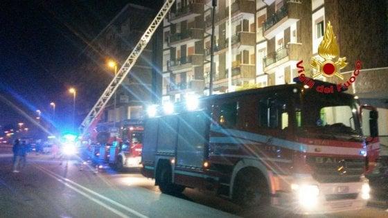 Notte di fuoco, incendio a Cassina: sedici persone in ospedale