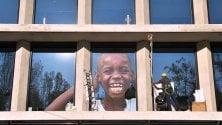 La piramide di Herzog si veste di foto. La mostra in finestra: work in progress