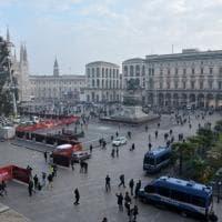 Piazza Duomo a Milano, con palme e banani arriva il maxi albero di Natale