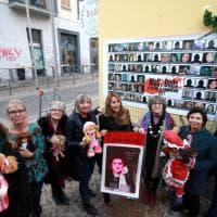 Milano, un nuovo muro delle bambole sulla 'casa' di Alda Merini