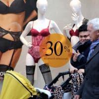 Il Black Friday trasforma le vetrine dei negozi di Milano e irrompe a teatro