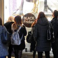 Black Friday, negozi di Milano affollati per i super sconti: Rinascente aperta fino a mezzanotte