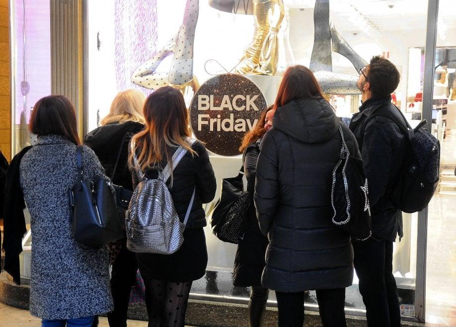 Black friday negozi di milano affollati per i super for Black friday 2017 milano