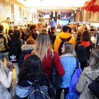Black Friday a Milano: folla nei negozi, per la Rinascente ci si mette in coda