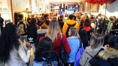 Foto  Black Friday: folla nei negozi  per la Rinascente ci si mette in coda