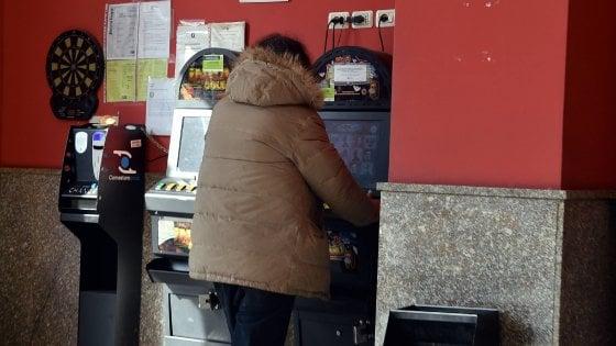 Brescia, abbandona in auto le due figlie piccole per giocare alle slot: denunciato