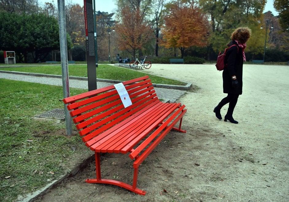 Violenza sulle donne, una panchina rossa nel parco Sempione