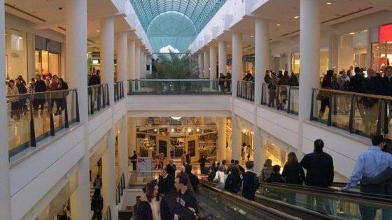 """""""No a negozi e ristoranti aperti a Natale e Capodanno"""", a Orio rivolta nel maxi centro commerciale"""