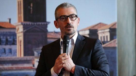 Sindaco di Mantova indagato, la procura: sms a sfondo sessuale per un anno