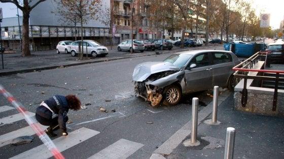 Incidente in viale Papiniano, auto si ribalta: 5 feriti. Pirata della strada fugge a piedi