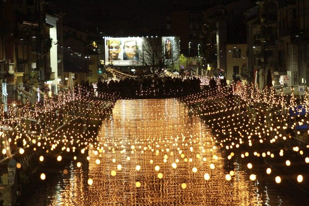 Milano, è già Natale sul Naviglio grande: si accendono le mille luci sull'acqua