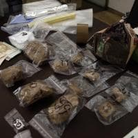 Milano, droga nascosta in cucina: le dosi di cocaina e il denaro sequestrati