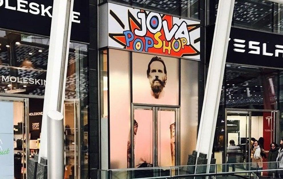 """Jovanotti, countdown per il suo """"Pop shop"""" a Milano: le prime foto su Instagram"""