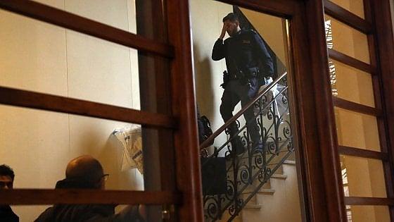 Milano, 69enne trovato morto in casa: il giallo della porta sigillata con il silicone