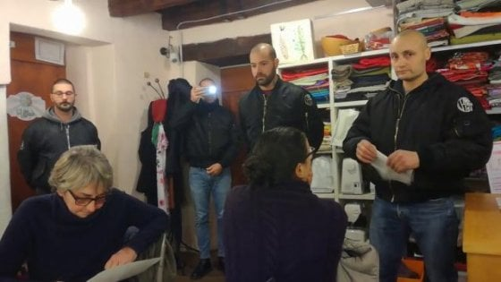 Migranti, così ritorna il fascismo: blitz dei naziskin contro i volontari di Como. E attaccano Repubblica