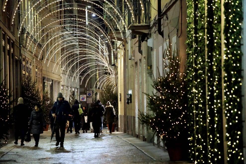 Milano, nel Quadrilatero della moda è già Natale: la magia delle luminarie