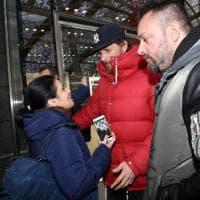 Jovanotti al Pop shop di Milano: selfie e sopralluogo in piazza Gae Aulenti