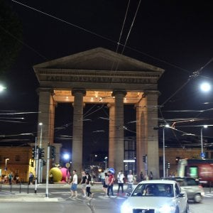 Milano, ciclista 59enne travolto da un'auto in piazza XXIV Maggio: è in coma