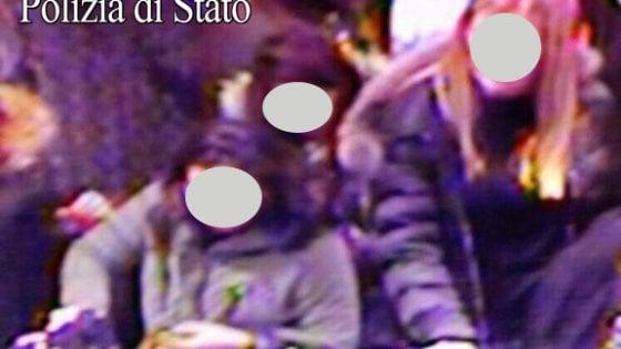 Borseggiatrici in azione nei negozi del centro di Milano: in 6 circondano la vittima, prese nei camerini
