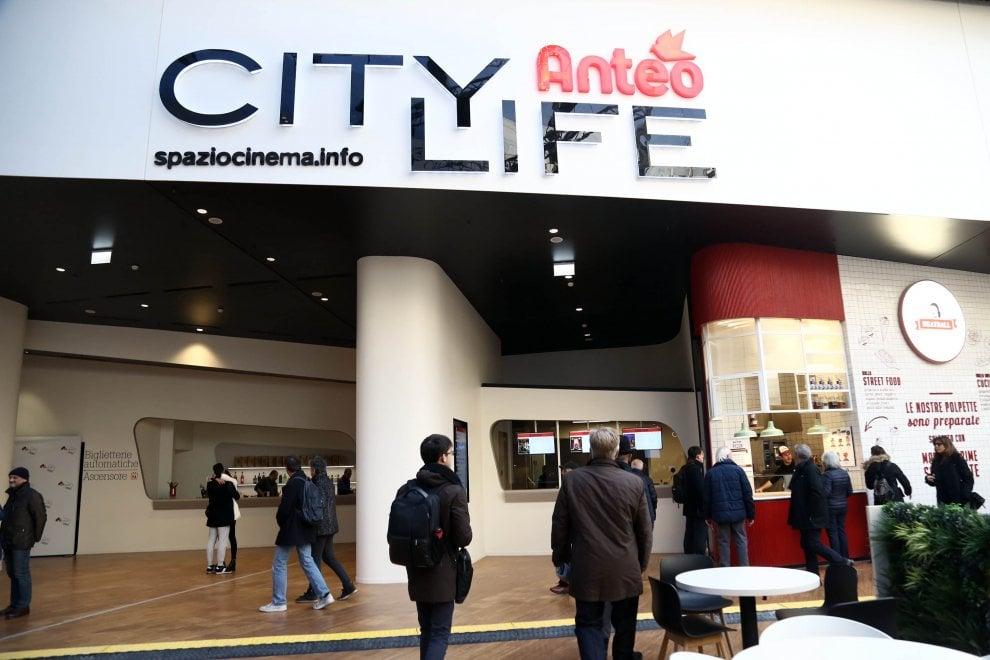 Citylife, show di luci per l'inaugurazione del District. Ma il cinema non può aprire