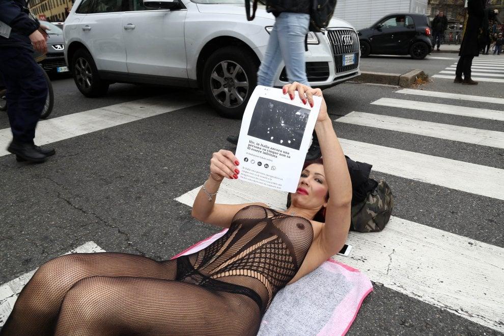 Milano, sit in di Efe Bal seminuda: blocca il traffico a Porta Venezia contro l'Hiv