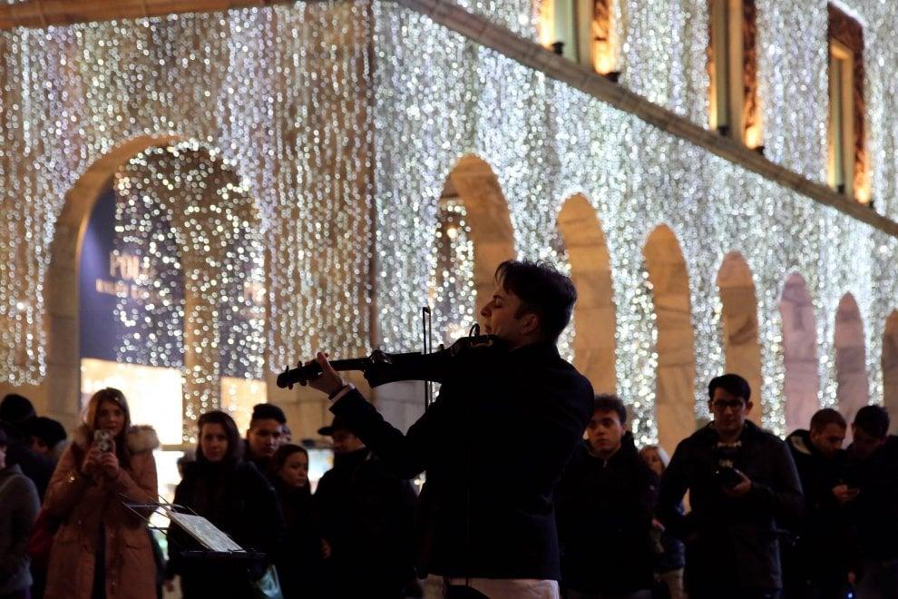 Shopping scintillante a Milano, le vie del centro illuminate a festa