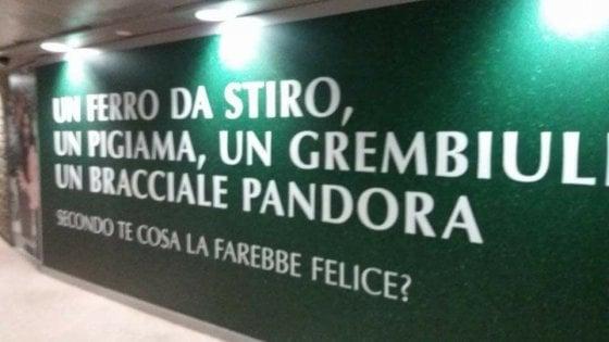 Regali di Natale, un ferro da stiro o un bracciale? Polemica a Milano sulla pubblicità nel metrò