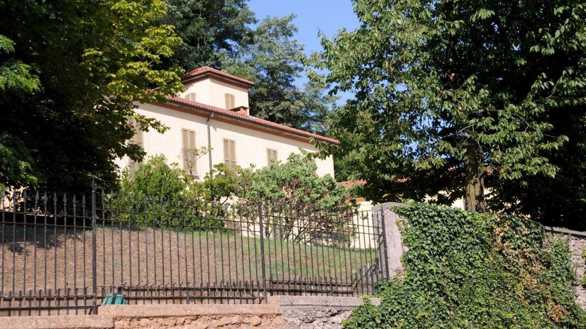 Villa gernetto giardiniere al lavoro nella propriet di for Giardiniere milano
