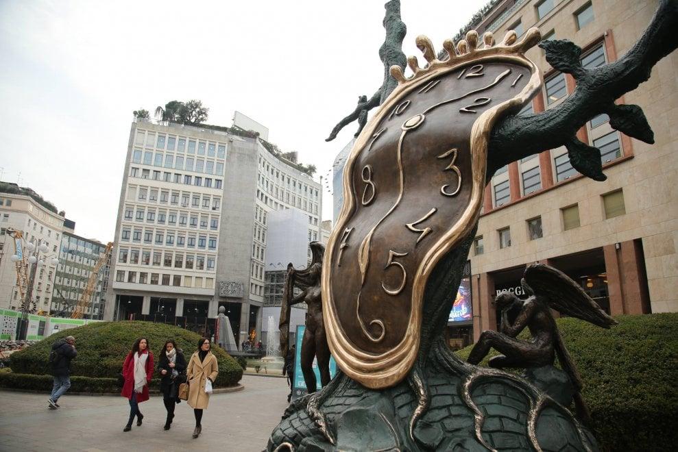 Milano, l'Orologio molle di Salvador Dalì in piazza San Babila