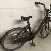Bike sharing a Milano, bici Ofo ridipinta di nero e nascosta in garage: il lettore denuncia