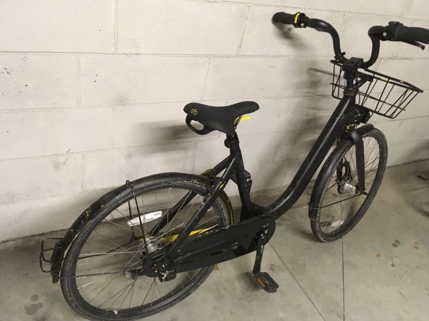 Bike sharing a milano bici ofo ridipinta di nero e for Mobile milano bike sharing