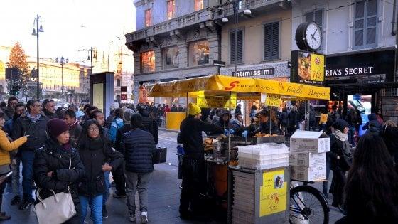 """Street food, a Milano la guerra del fritto contro i venditori di ciambelle: """"Fumo e odori nei negozi"""""""