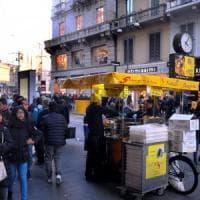 Street food, a Milano la guerra del fritto contro i venditori di ciambelle: