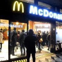 Milano, accoltellamento da McDonald's: il ferito è un cliente intervenuto per aiutare il vigilante