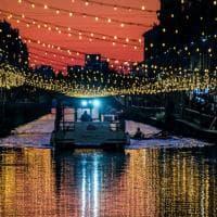 Natale a Milano, le luminarie brillano al tramonto: spettacolo sui Navigli