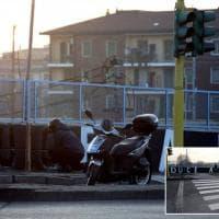 Neofascismo, a Milano la scritta Duce sul cavalcavia dura poco: si ferma in motorino e la cancella