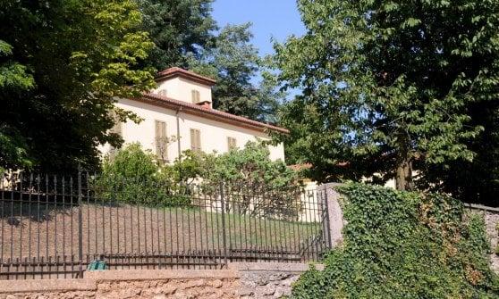 Villa Gernetto, morto il giardiniere al lavoro nella proprietà di Berlusconi: era caduto da un albero