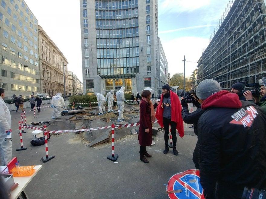 Milano, dinosauro in via Turati fa a pezzi il marciapiedi: lo spot crea sconcerto