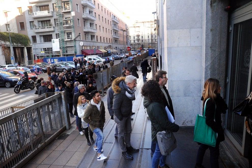 Milano, in tribunale funzionano solo due ingressi su quattro: tutti in fila per i controlli