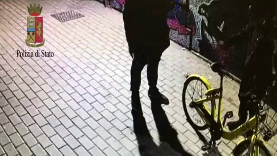 Milano, preso rapinatore col bikesharing Ofo: soldi e cellulare ai ragazzi del Ticinese, almeno 10 colpi