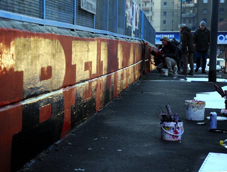 Milano, torna il murale 'Bella ciao' all'Ortica: i cittadini cancellano la scritta neofascista